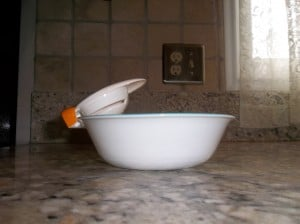 Joie egg separator does not fit on white bowl.